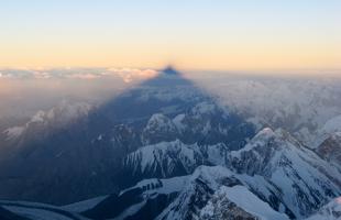 K2 kastar sin skugga när solen går ner