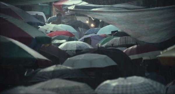 16:29-22:48: En lång jaktsekvens där den misstänkte gömmer sig... bland paraplyer!