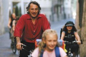 Micke Nyqvist är ute och cyklar...
