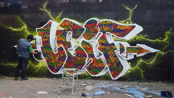 ...där även graffitiväggen fanns. Här målar Pasha.